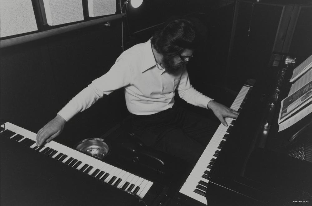3-1 피아노와 일렉 피아노를 동시에 다루는 빌 에번스. 70년대부터 빌 에번스는 어쿠스틱 피아노외에 일렉 피아노의 활용을 부가적으로 높여나갔다. 하지만 이는 어디까지도 보조적인 선이었고 어쿠스틱 피아노를 보조하기 위한 시도라고 직접 말한바 있다..jpg