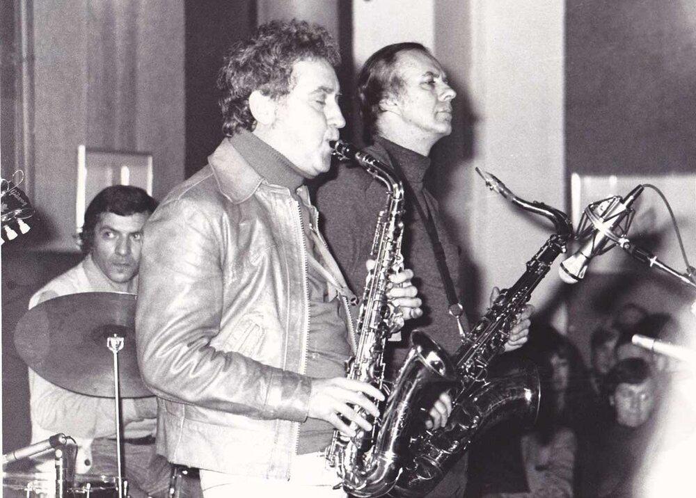 4 오랜 절친인 테너 색소포니스트 원 마쉬와 함께 연주하는 모습 1970년대 중반.jpg