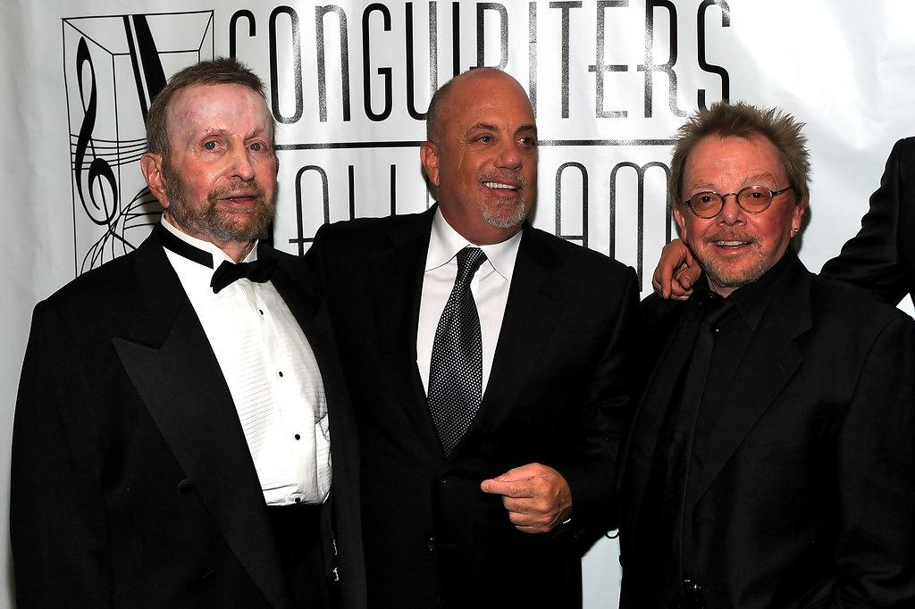 2 지난 2010년 열렸던 전미 작곡가 명예의 전당에 수상자로 참여할 당시의 모습. 옆은 싱어 송라이터 빌리 조엘과 작곡가 폴 윌리암스.jpg