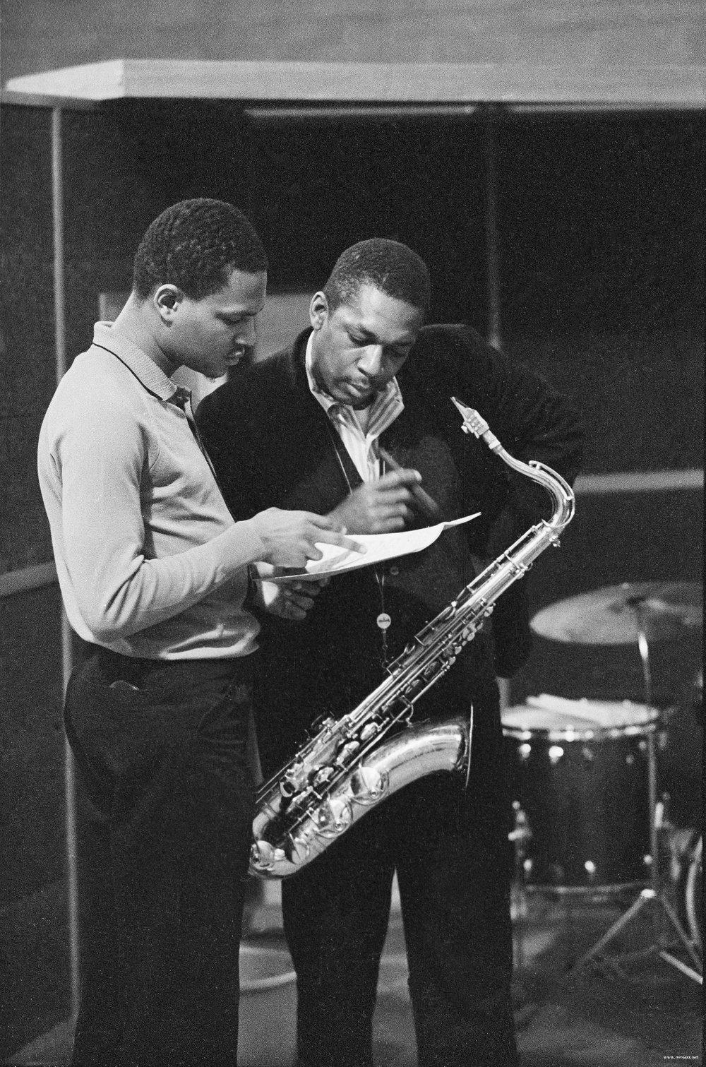 3 1963년 스튜디오에서 녹음할 당시 매코이 타이너와 존 콜트레인.jpg